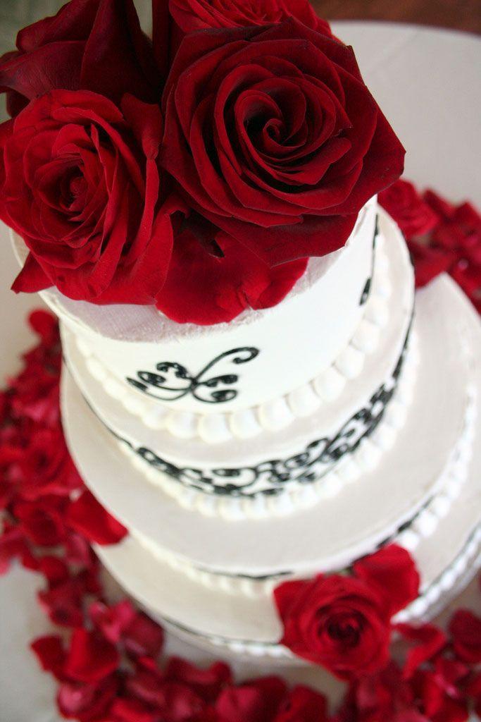 Rosas naturais até na decoração do bolo.