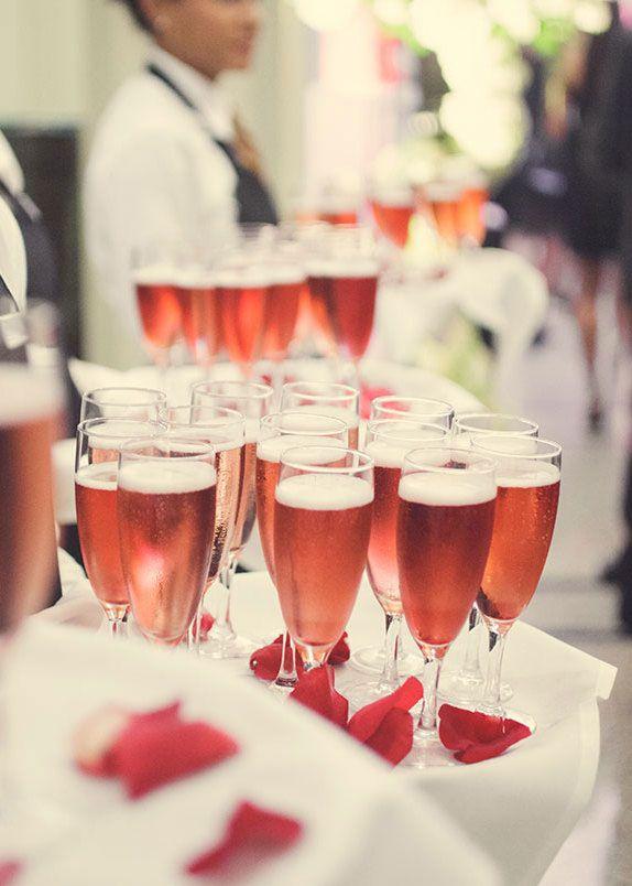 Vinho rosé para combinar com a decoração da festa.