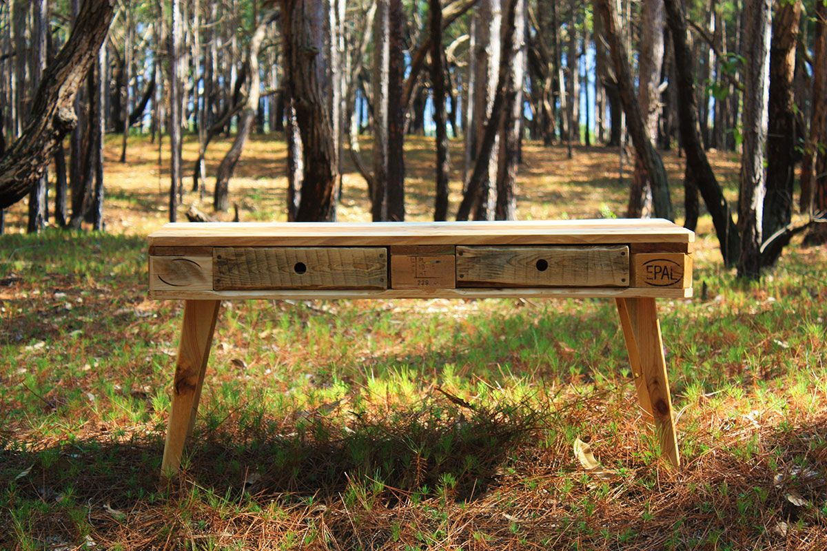 Esse móvel pode ser usado como rack, penteadeira, escrivaninha ou aparador.