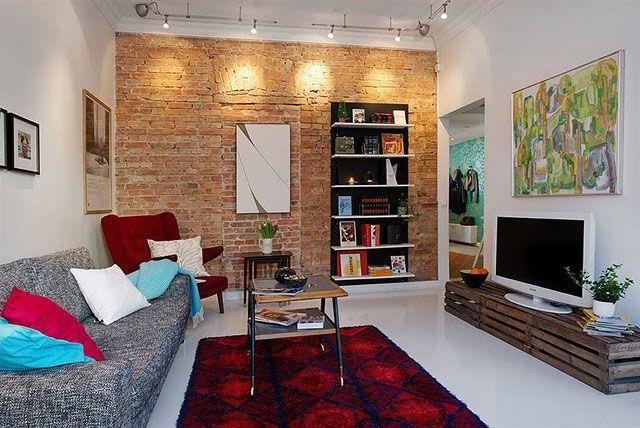 Sala de estar moderna com rack de pallet.