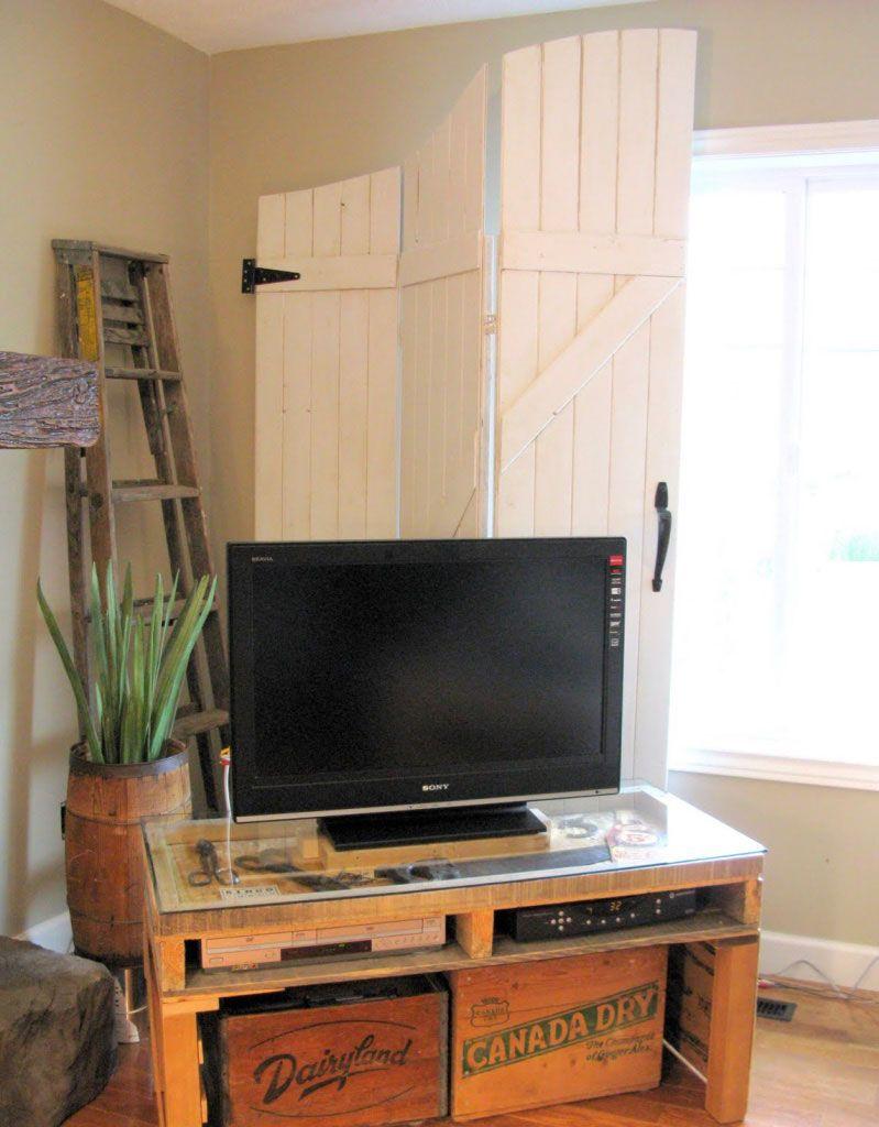 Faça uma composição com caixas de madeira para organizar os objetos.