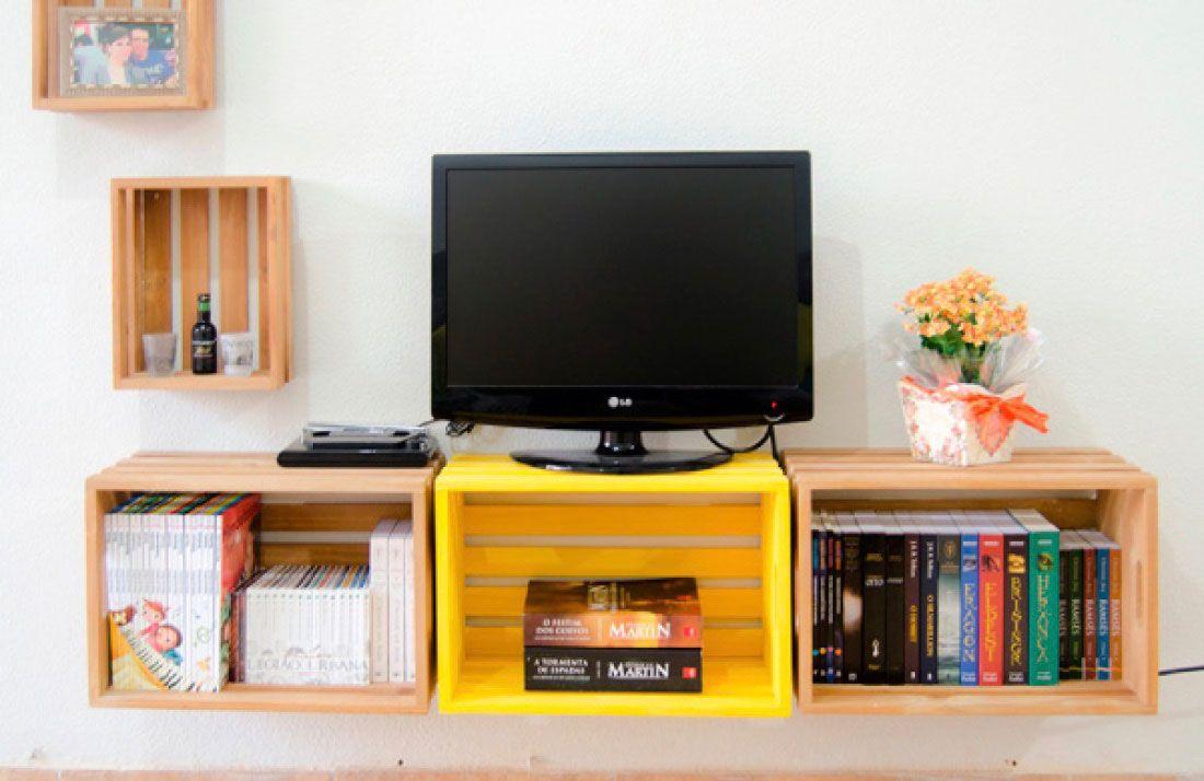 Pinte as caixas de madeira para dar um ar alegre e vibrante na sala de estar.