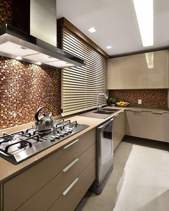 Cozinha com marcenaria fendi e parede com pastilhas marrom.