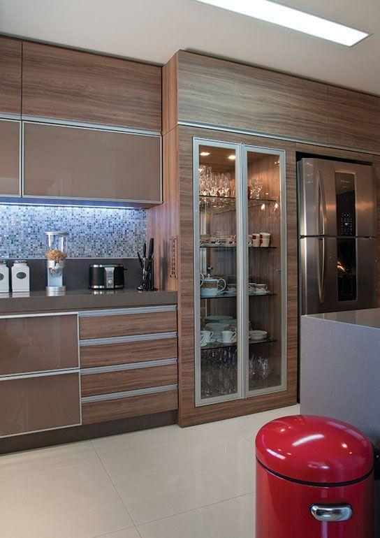 É possível revestir as portas dos armários com o vidro marrom.