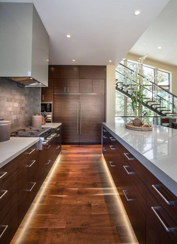 Para dar mais aconchego a sua cozinha invista também em um piso de madeira.