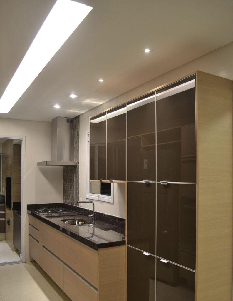 Cozinha pequena com decoração marrom.