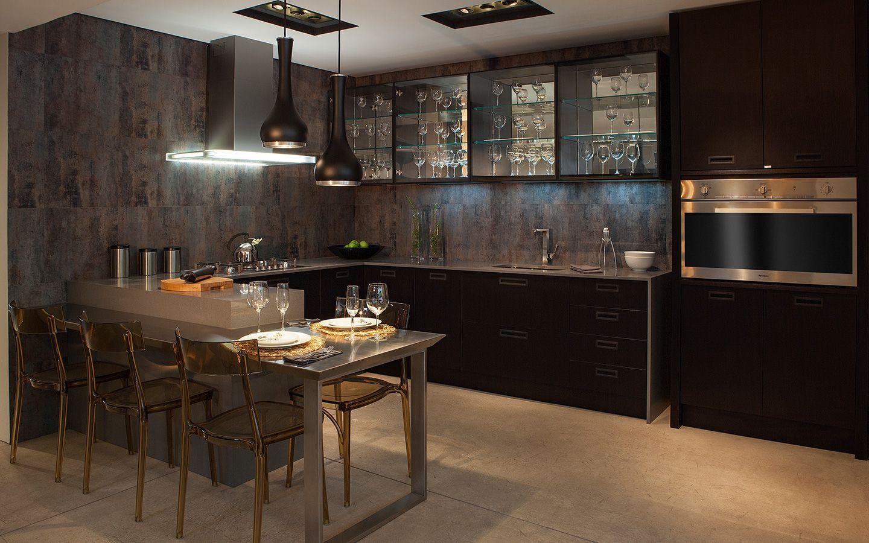 Cozinha com revestimento marrom na parede.