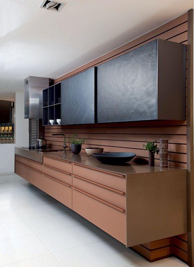Cozinha com decoração marrom e preto.