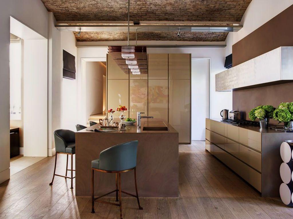 A pegada rústica dessa cozinha se dá pelo uso da madeira e dos tijolos nos revestimentos.