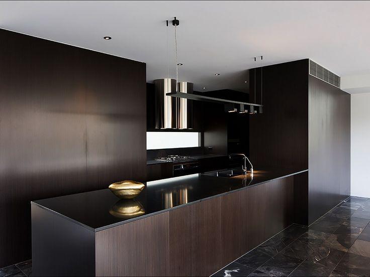 Cozinha escura com decoração marrom e preto.