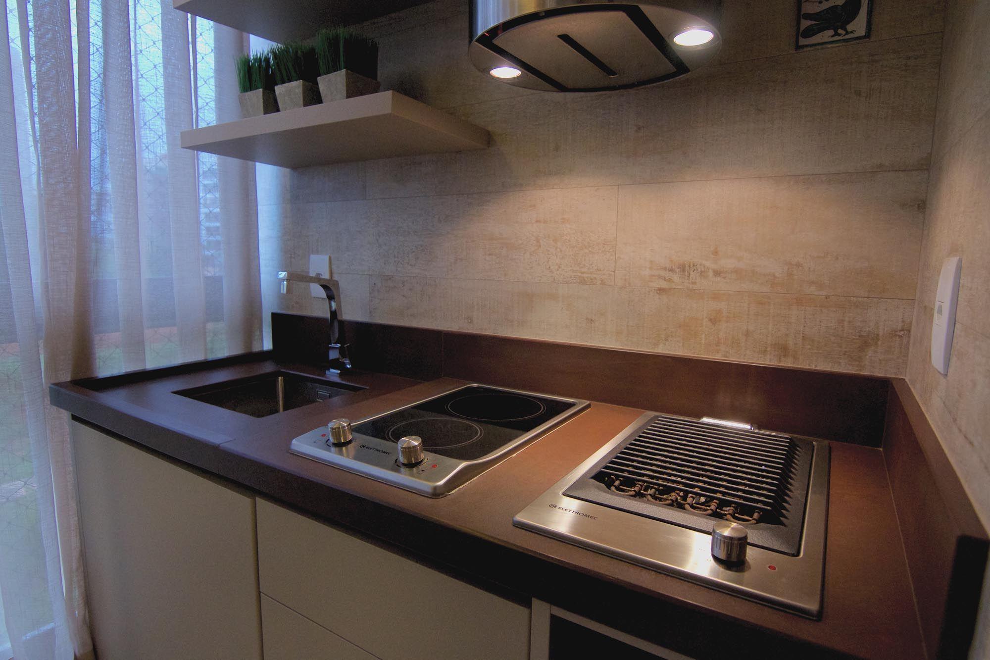 Cozinha com bancada pequena.