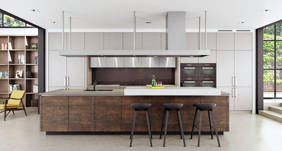 A iluminação natural ajuda a clarear essa cozinha com detalhes na cor marrom.