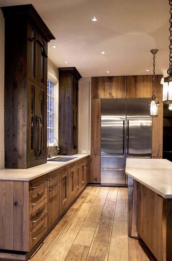 Cozinha rústica com decoração marrom.