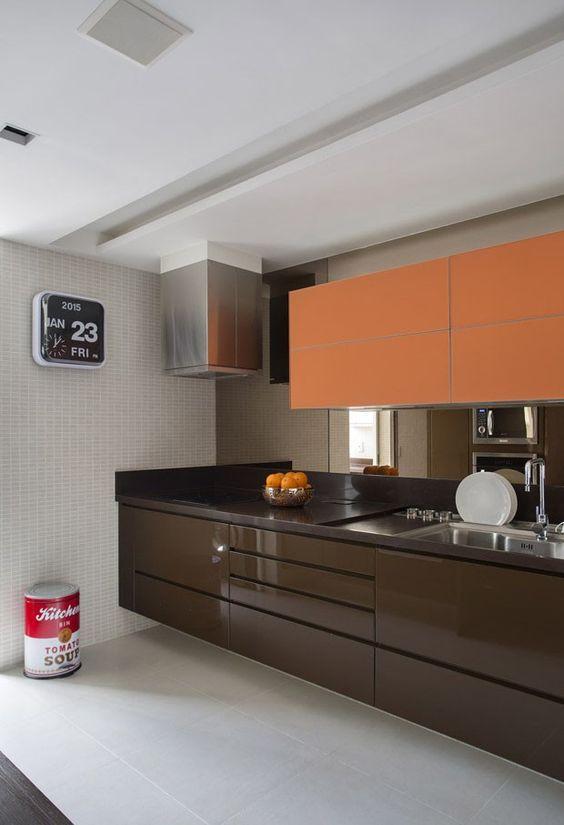 Cozinha com decoração laranja e marrom.