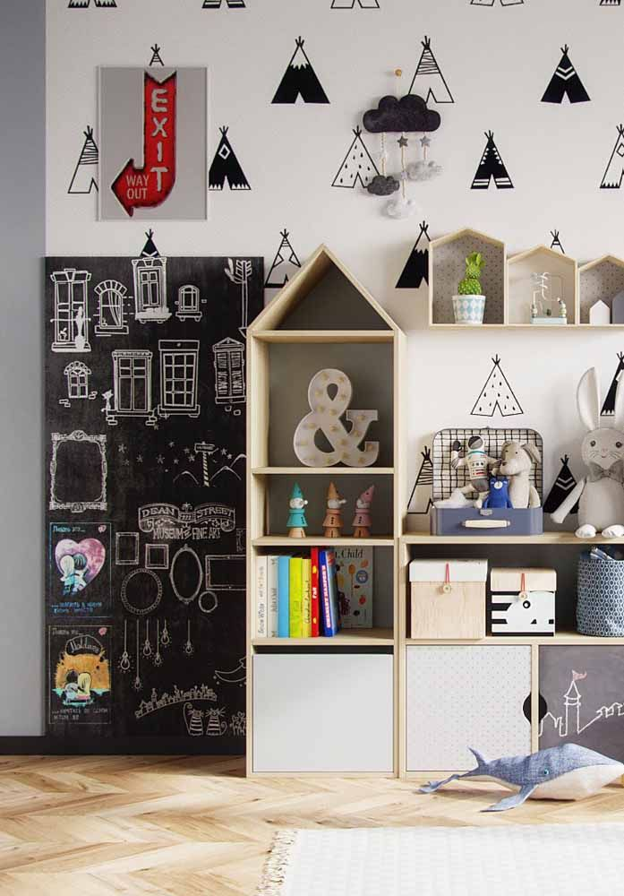 Espaço para lousa e adesivos complementam a decoração desse quarto