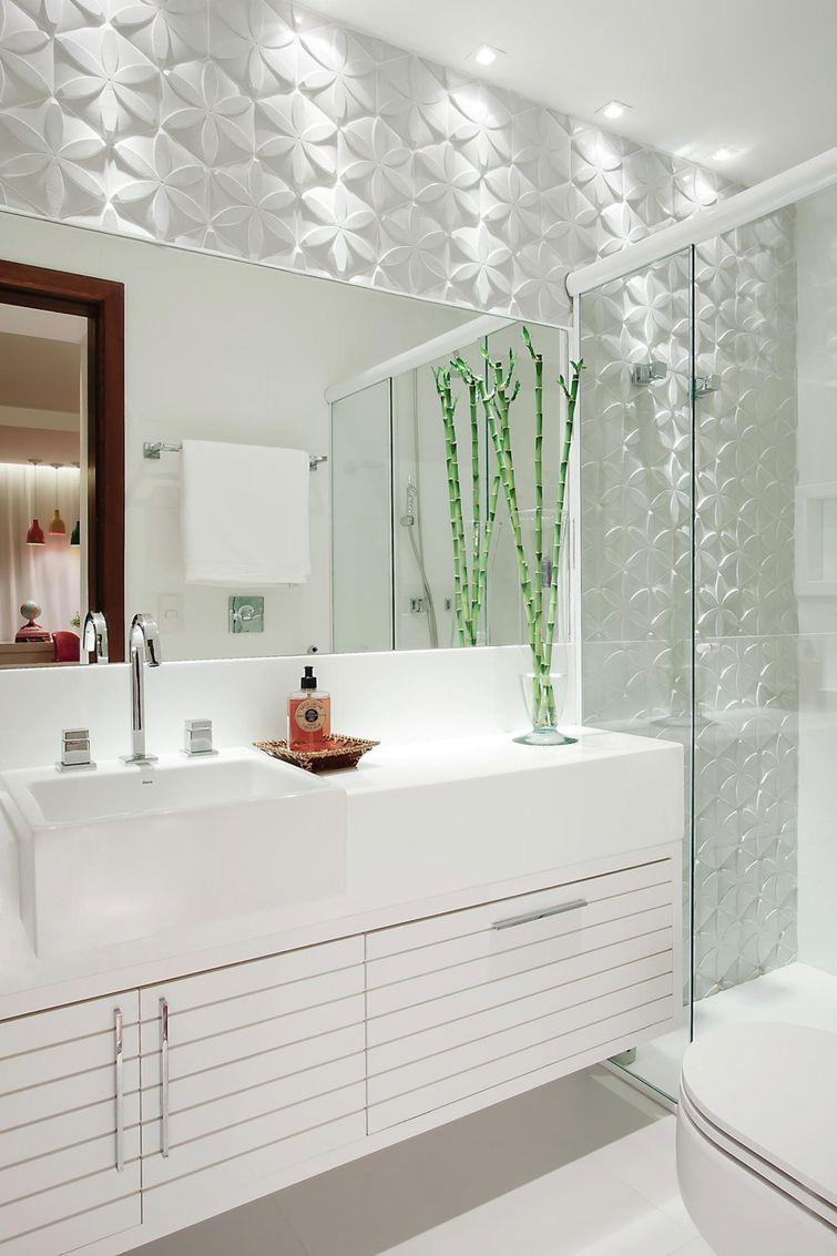 O detalhe dos riscos da porta levam todo o charme para a decoração do banheiro.