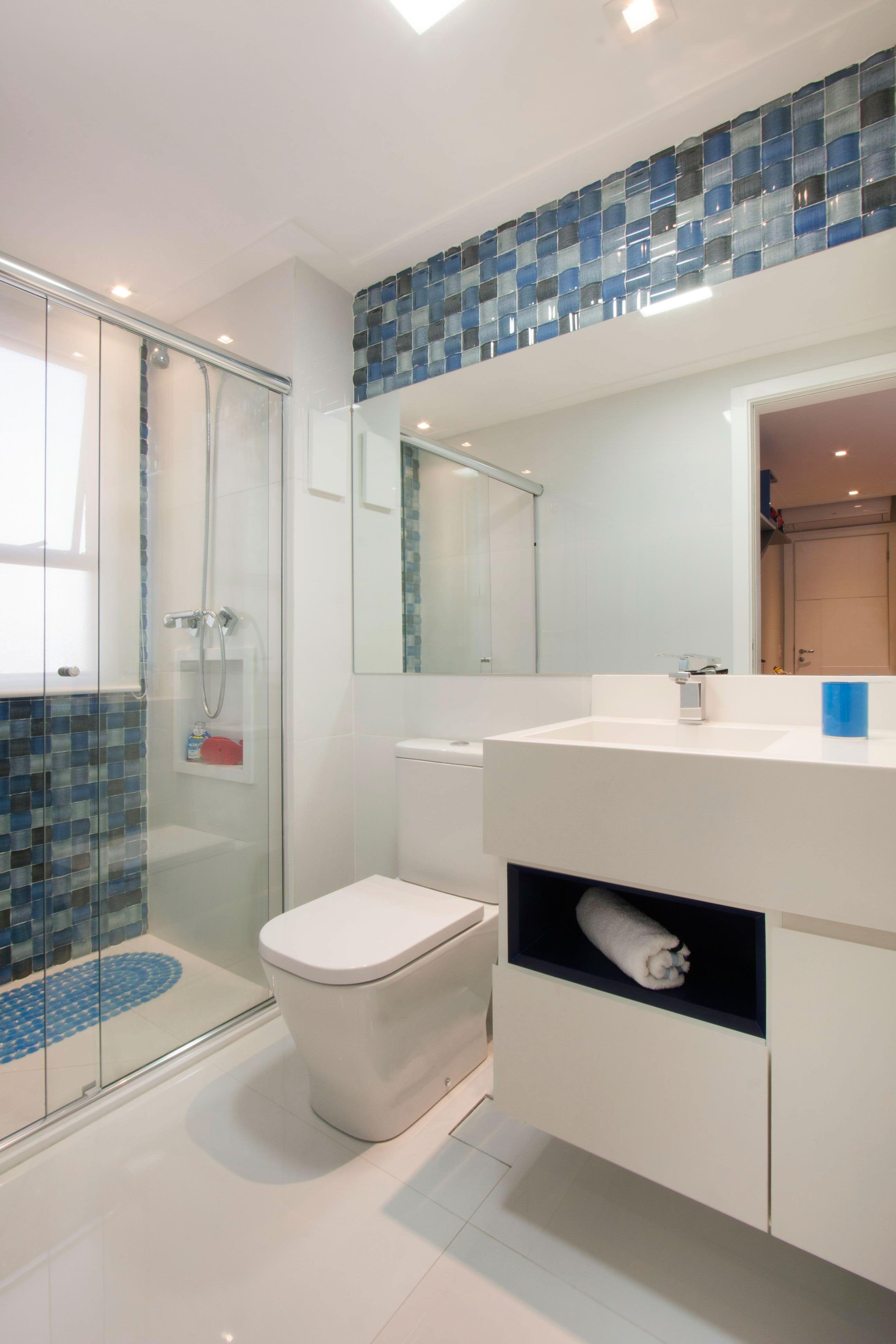 O nicho em outra cor quebra o visual monótono do banheiro.