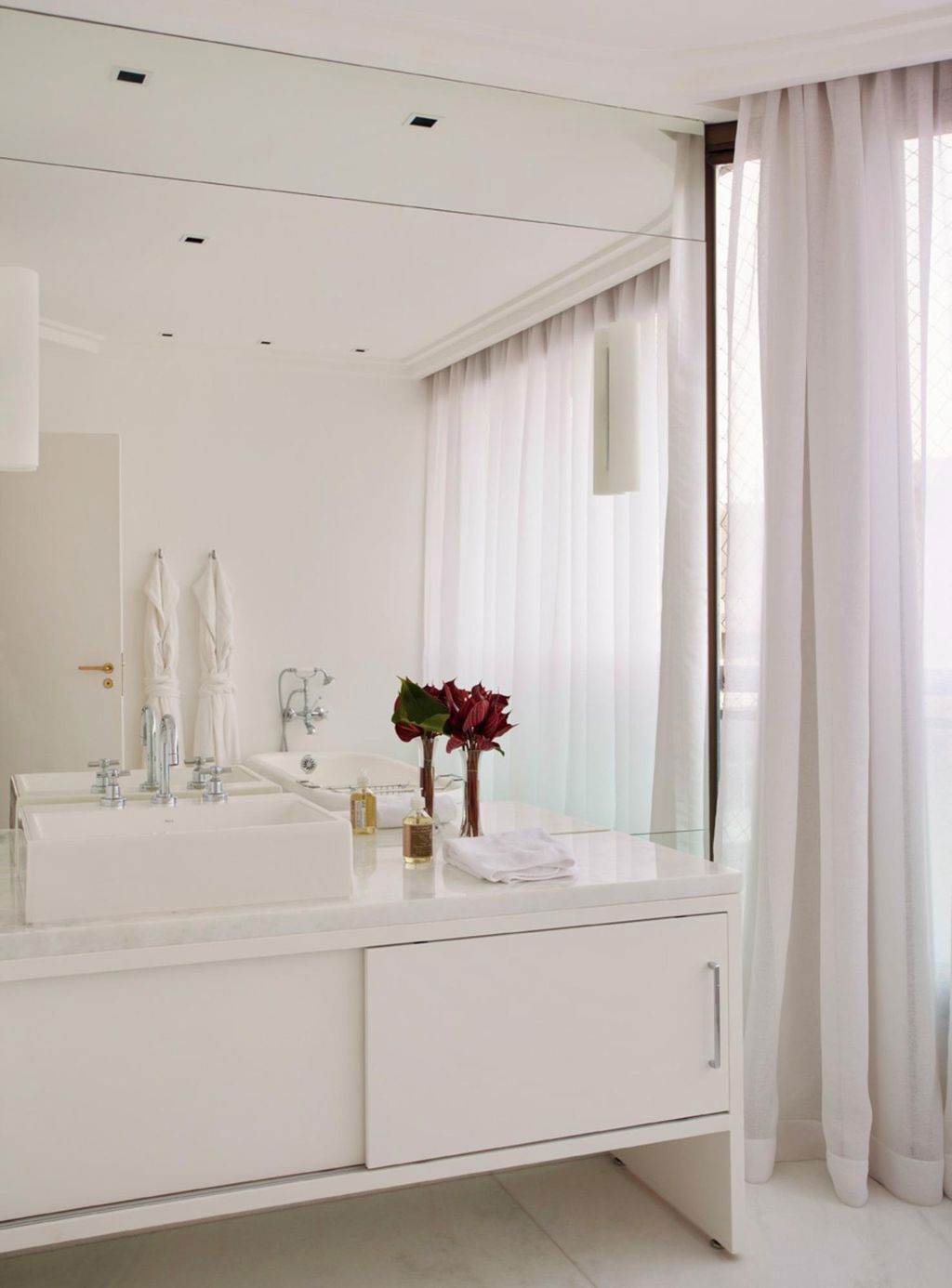 Imagem 40 – Gabinete para banheiro com gavetas e armários. #372014 1024x1386 Banheiro Adequado Para O Gato