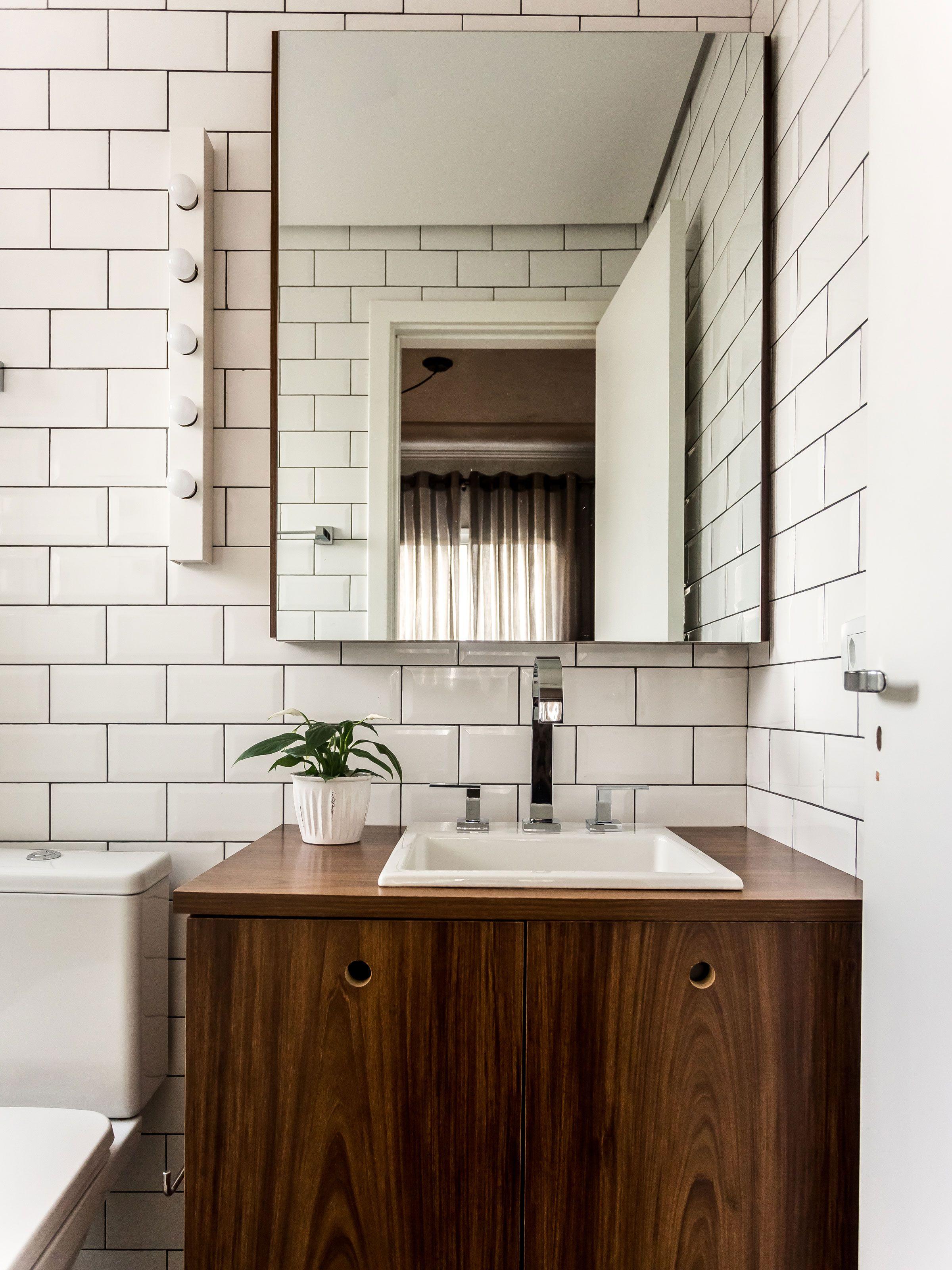 banheiro possui estilo próprio com os materiais utilizados o azulejo  #371E0E 2400x3200 Azulejo Madeira Banheiro