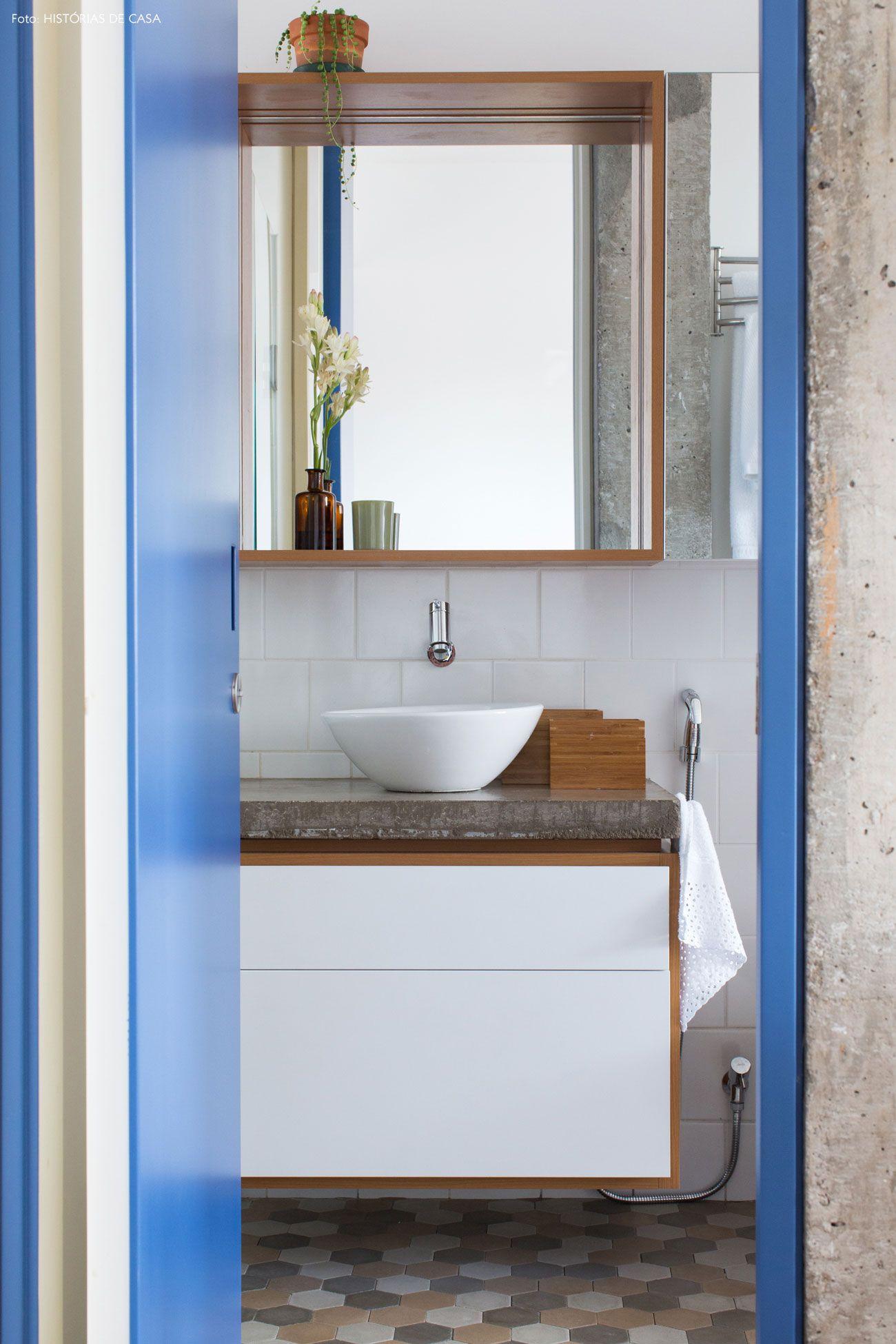 Com a decoração cheia de personalidade porta colorida e piso de  #365E95 1300x1950 Bancada Banheiro Azul