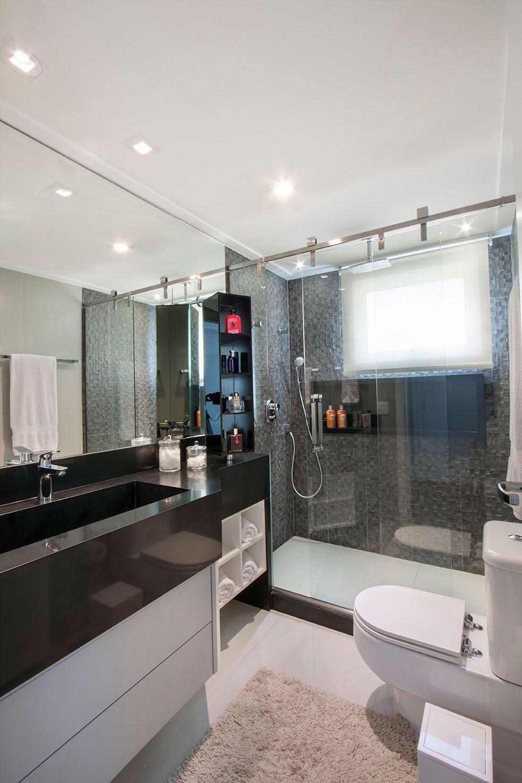 O gabinete na cor branca ilumina o banheiro.
