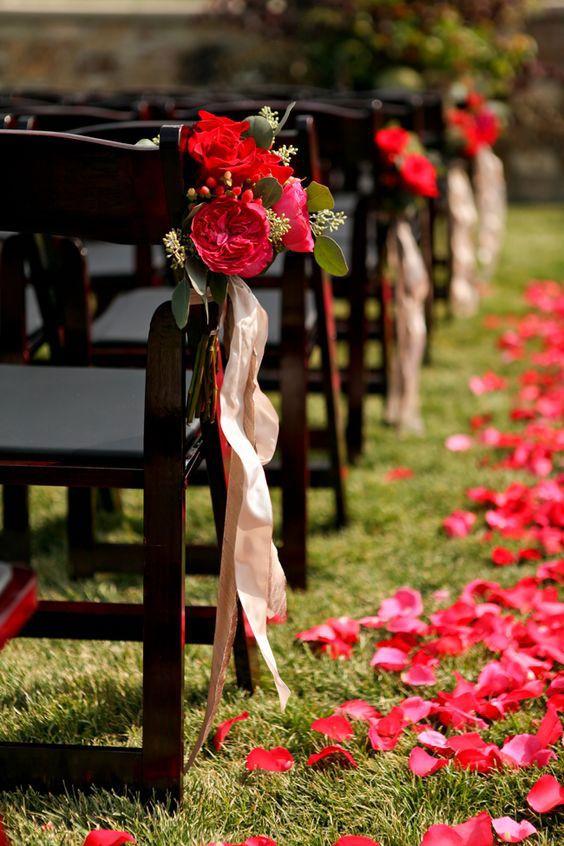 Ideia para casamento simples: as fitas amarradas junto aos arranjos