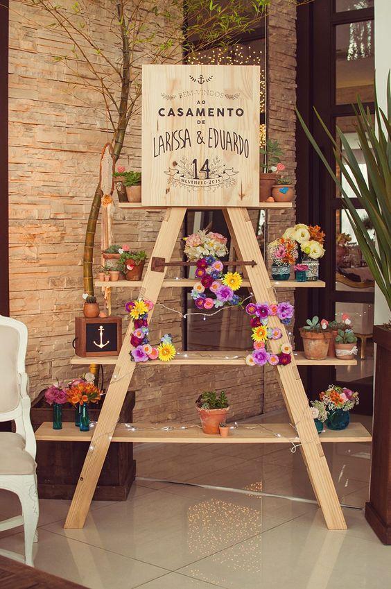 Móveis e objetos pessoais na decoração de casamento simples