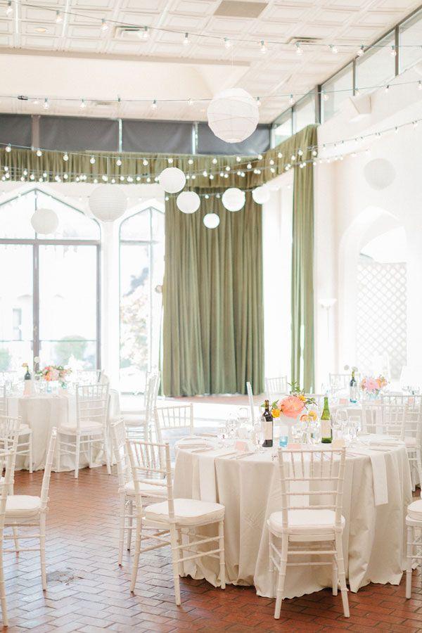 Bolas suspensas na decoração de casamento simples