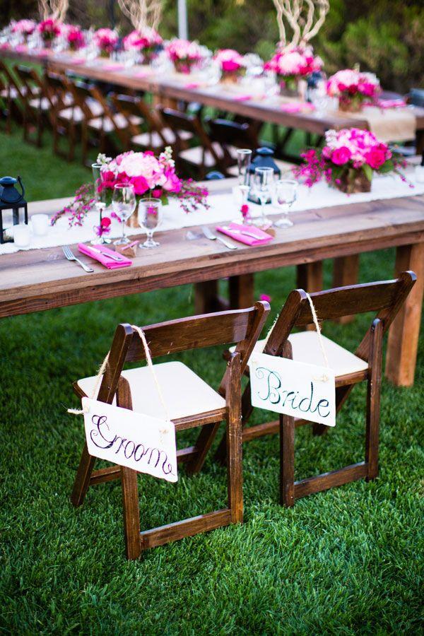 As placas na cadeira dos noivos rendem belas fotos!