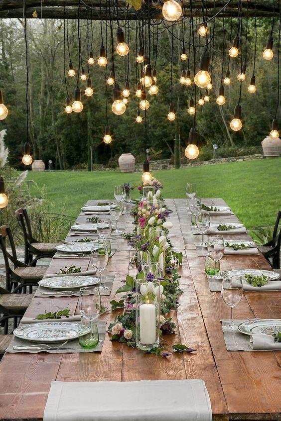Lâmpadas sobre a mesa de casamento simples