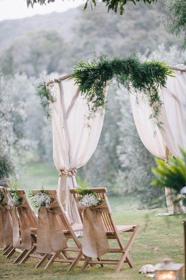 Sobras de tecido para a cadeira dos convidados na decoração de casamento simples