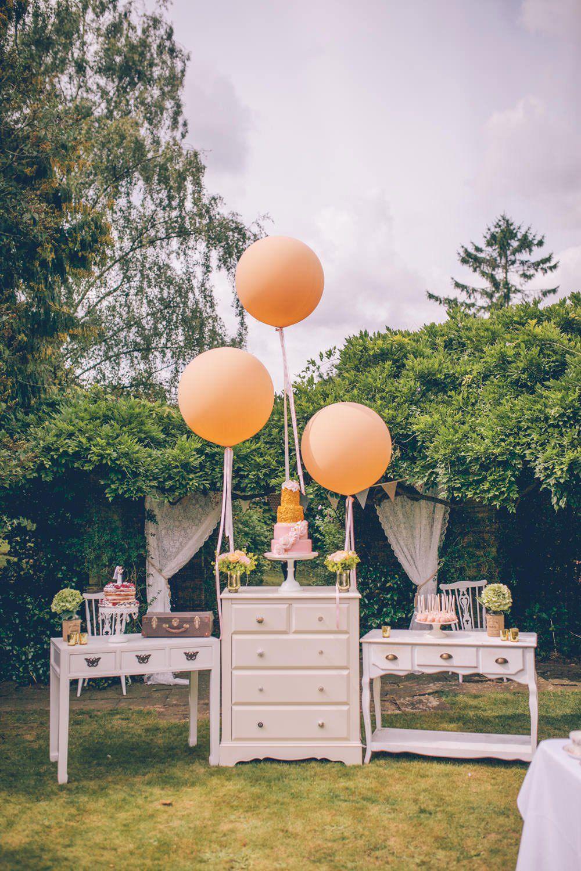 Cômodas vintage na decoração de casamento simples