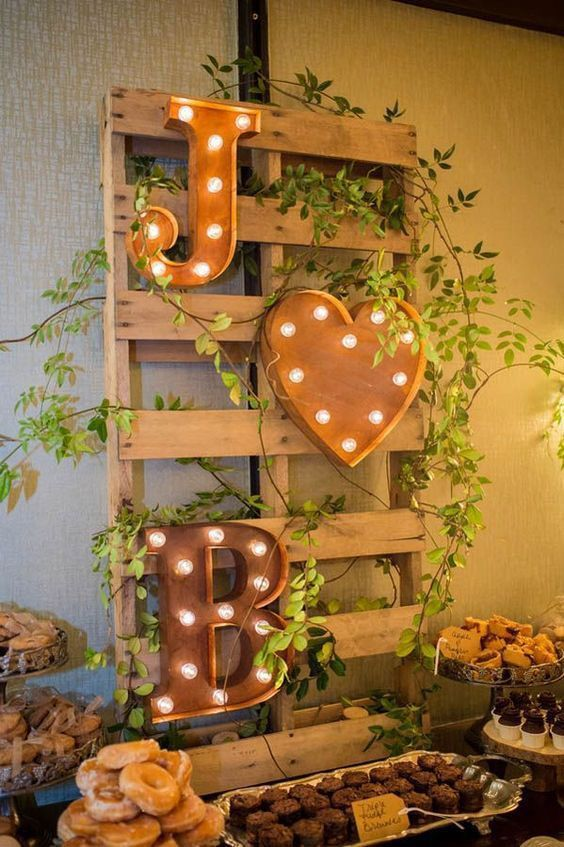 Letreiros luminosos com as iniciais dos noivos