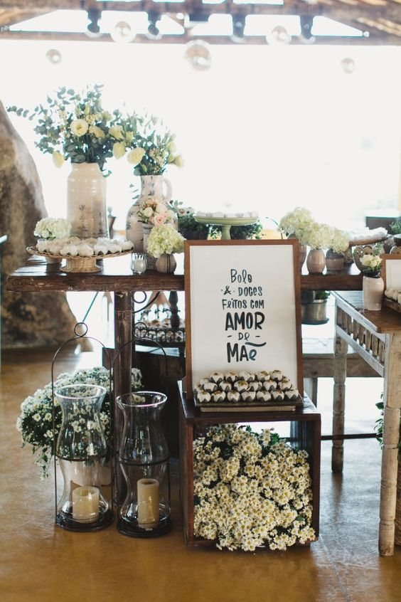 Decoração simples de casamento com rosas e margaridas