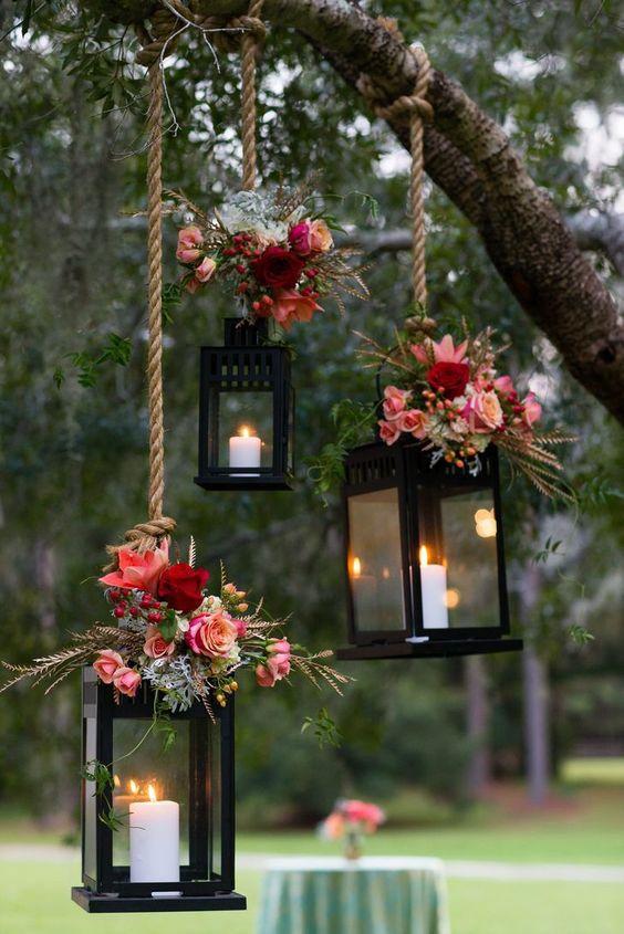Deu match na decoração de casamento simples: lamparinas penduradas + suave luz das velas