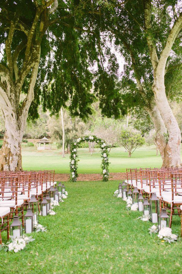Arco com flores na decoração simples de casamento