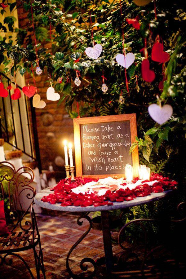 A árvore de recados complementa a decoração de casamento simples de um jeito prático