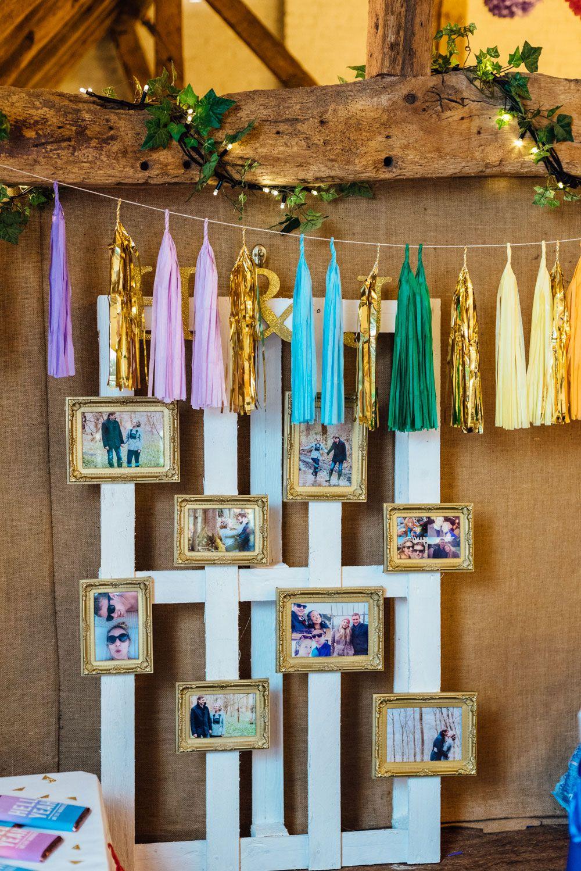 Gaste pouco com cortina de pompons, pallet de madeira e molduras com fotos do casal