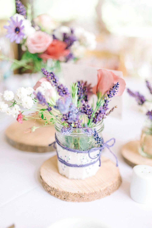 Decoração de casamento simples: potes de geleia viram lindos vasos