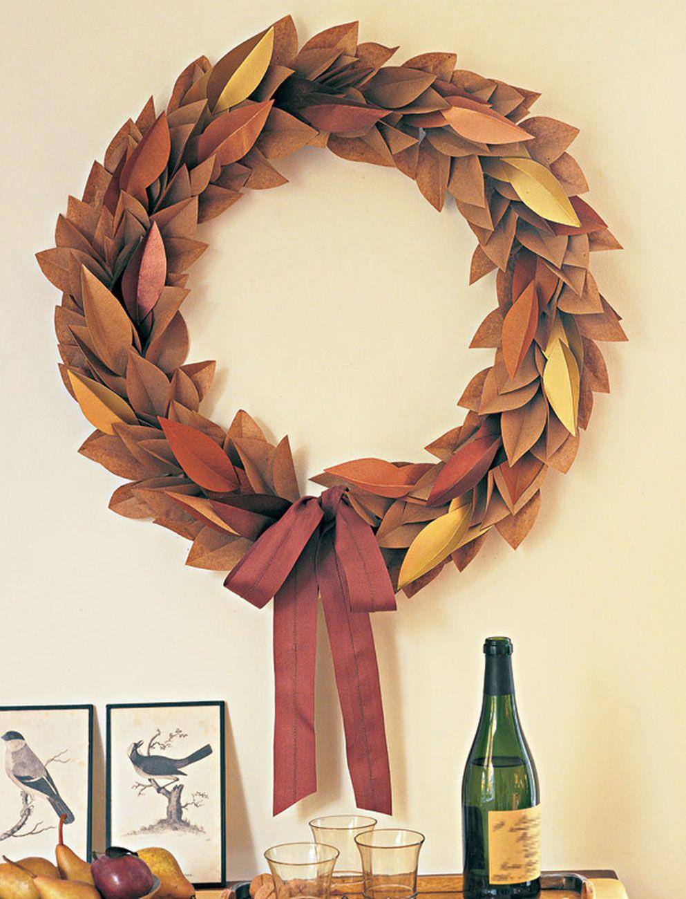 Guirlanda de Natal simples com folhas de outono e laço com fita vinho