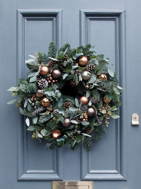 Guirlanda de Natal com pinhos e bolas na cor cobre