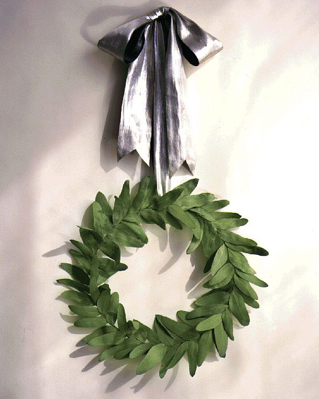 Guirlanda simples de folhas verdes suspensa por laço prateado