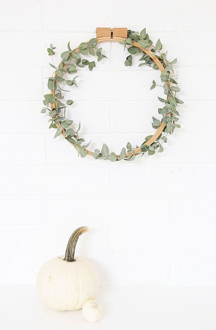 Guirlanda com arco de madeira e folhas