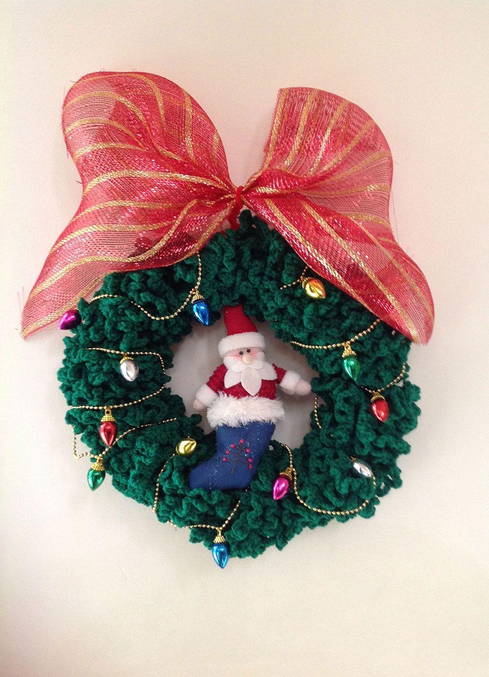 Modelo de guirlanda de tecido verde com grande laço, papai Noel e luzes pisca pisca coloridas