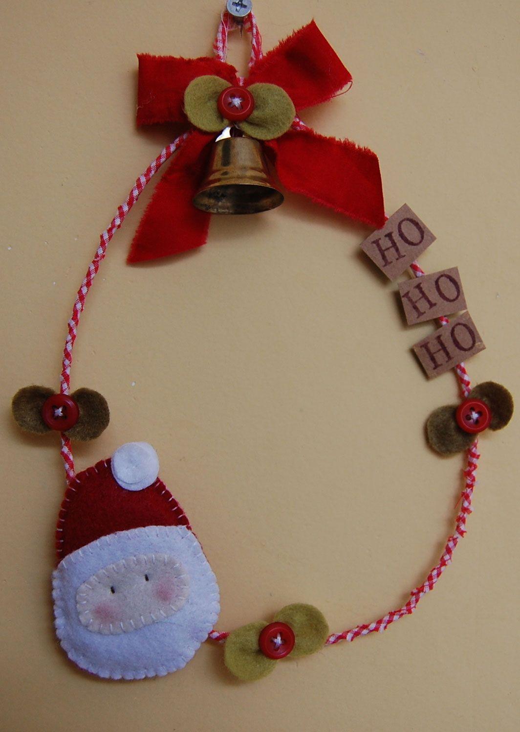Guirlanda com fita vermelha, sino e Papai Noel de feltro