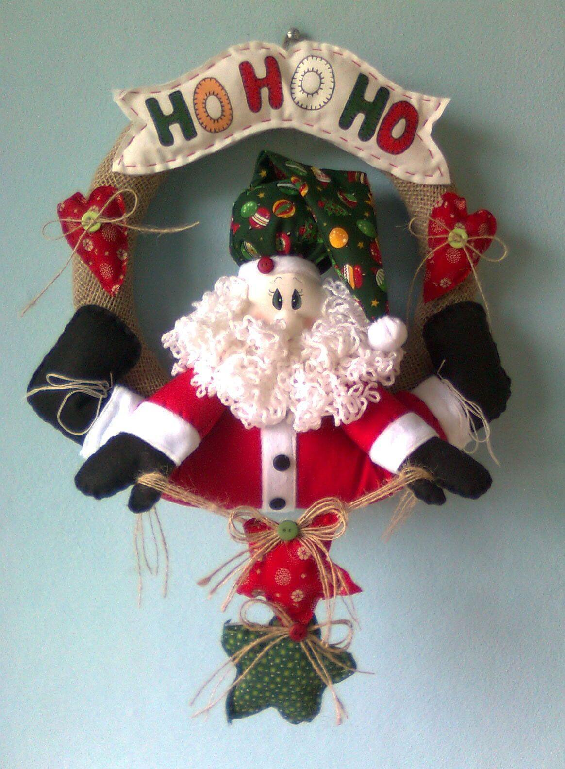 Um belo modelo de tecido que deixa o boneco do papai Noel em destaque