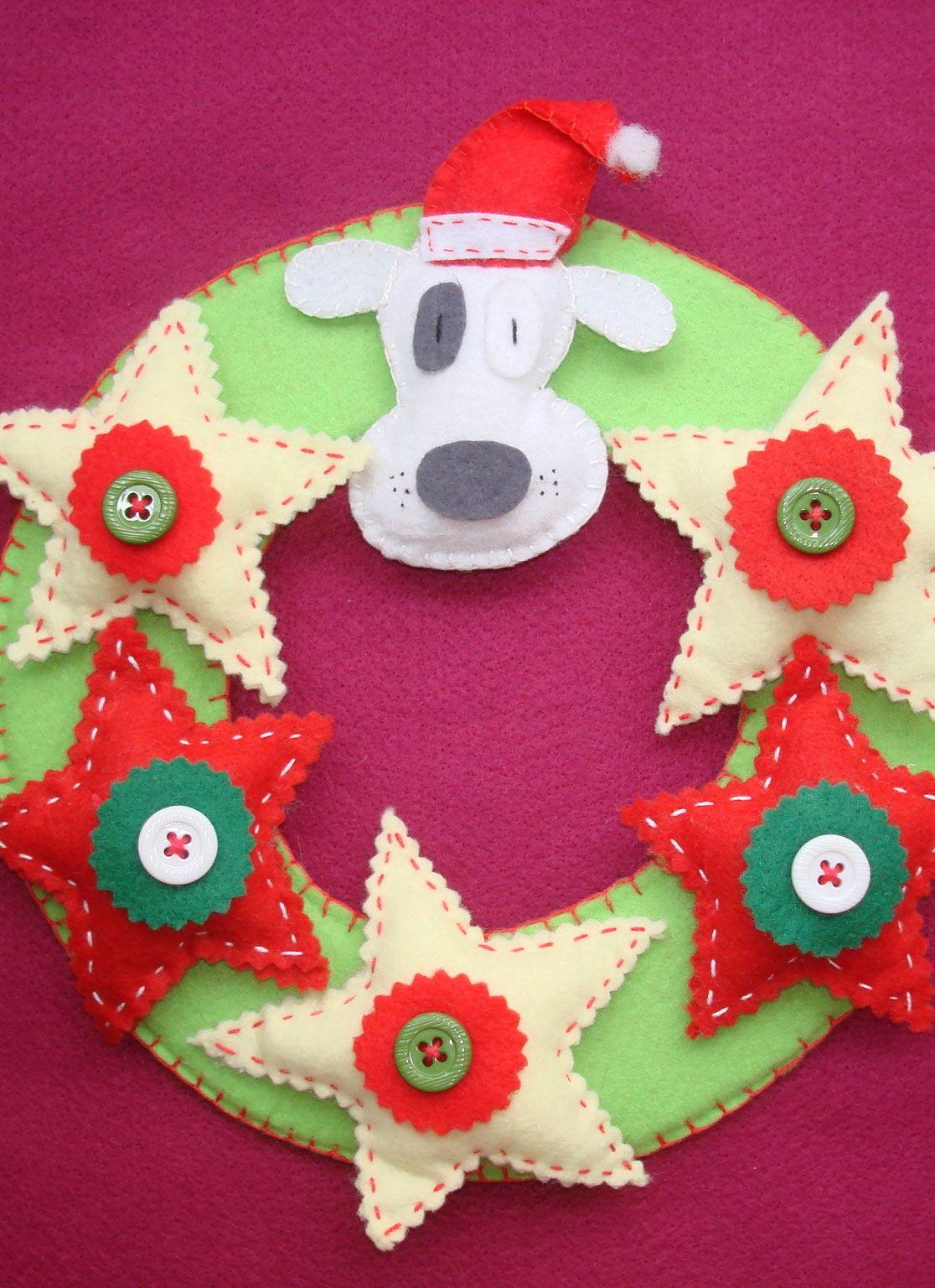 Guirlanda simples de feltro com rosto de cachorrinho, estrelas e botões