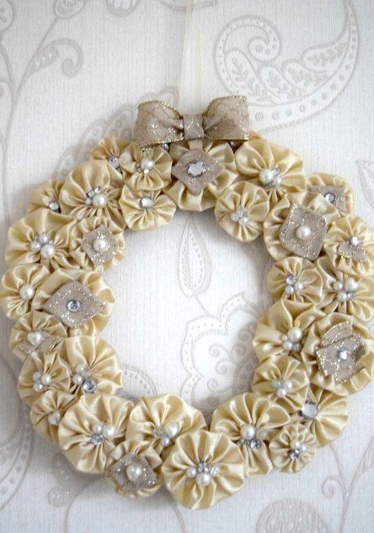 Modelo de guirlanda com pérolas e flores de tecido
