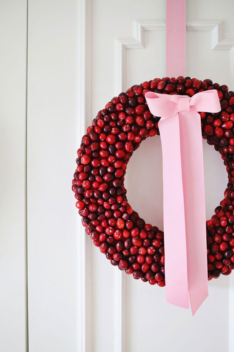 Guirlanda colorida com cerejas e laço rosa