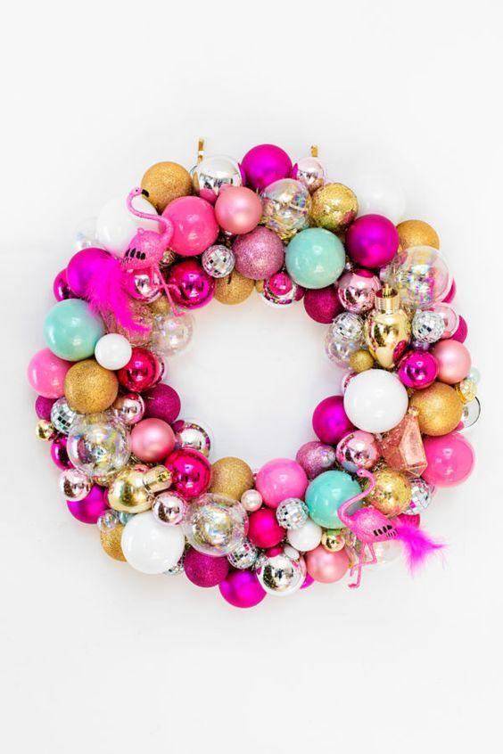 Guirlanda com bolas de natal coloridas: rosa, dourado, azul e prata